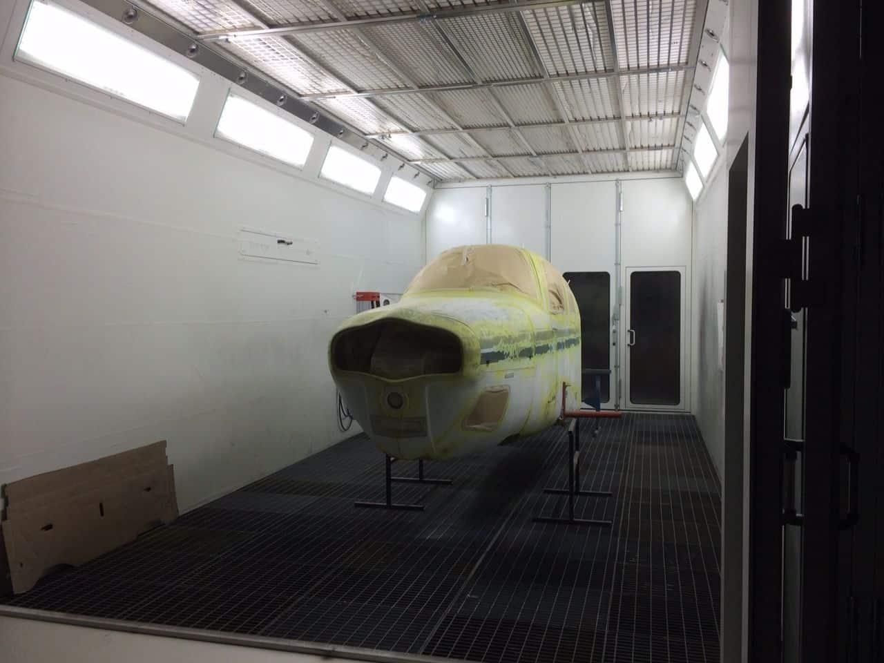 Flugzeug in Lackierkabine